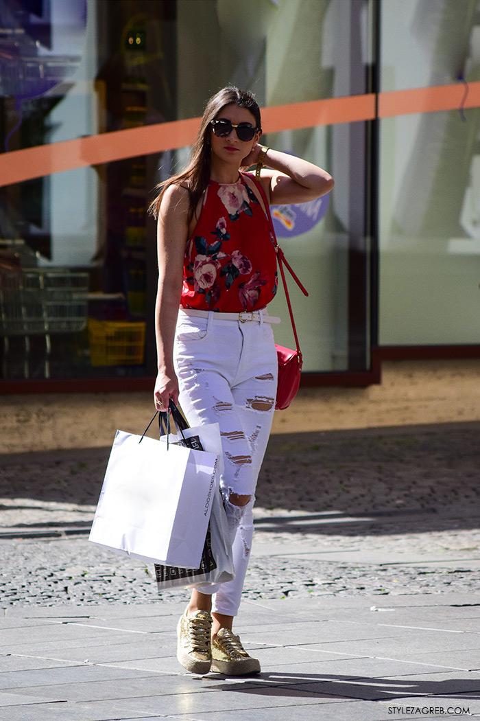 Street style Zagreb ljetna moda kako nositi bijele podrapane traperice i zlatne espadrile