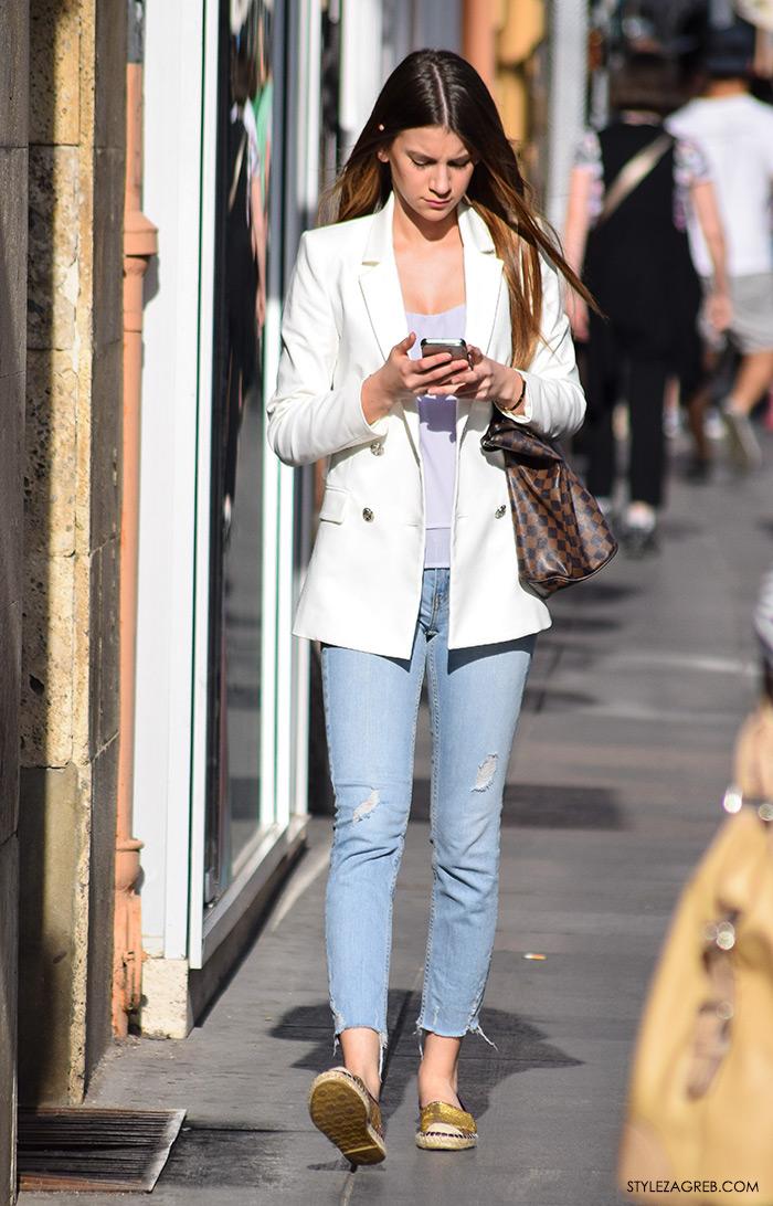 Street style Zagreb ljetna moda kako nositi bijeli sako, zlatne espadrile i podrapane traperice