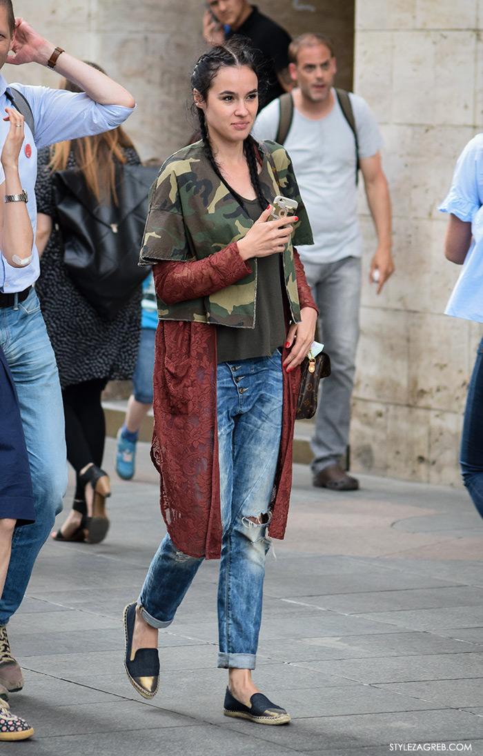 Street style Zagreb Hrvatska, ulična moda Zagreb, prosvjed Hrvatska može bolje 1.6.2016., crne espadrile, podrapane traperice, čipkani pončo, maskirna kratka jakna