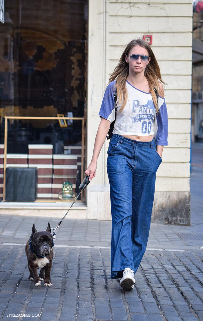 street style Zagreb moda jesen rujan 2016, kako kombinirati široke traperice i kratki top, lijepa žena sa psom, ulična moda street style fashion žena hr Hrvatska, Zagreb