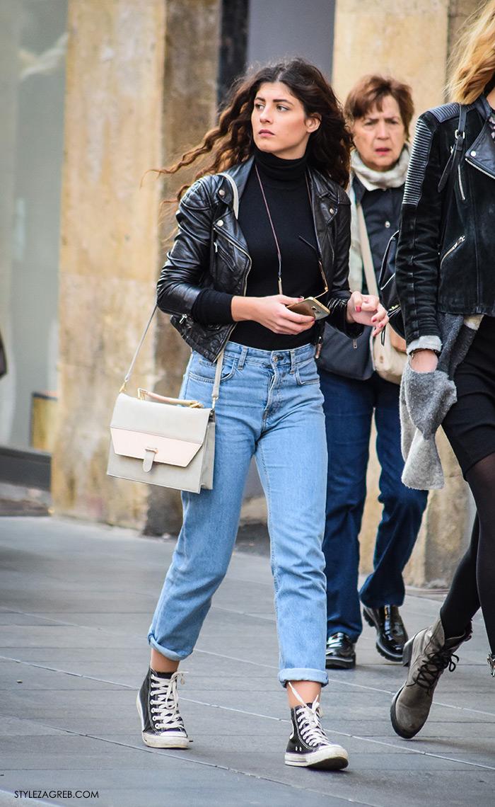 Moda jesen zima 2016 street style Zagreb, špica, frizura duga crna kovrčava kosa, kombinacija mom's jeans, kratka bajkerska jakna i sive visoke startasice tenisice, krem bijela damska torbica