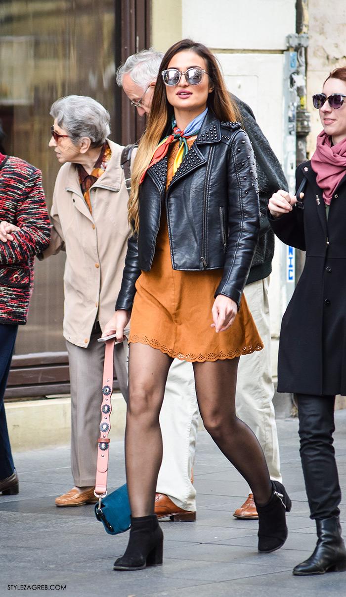 Moda jesen zima 2016 street style Zagreb, špica, subota, kombinacija bajkerska jakna, haljina oker boje, čizme gležnjače i marama svezana oko vrata