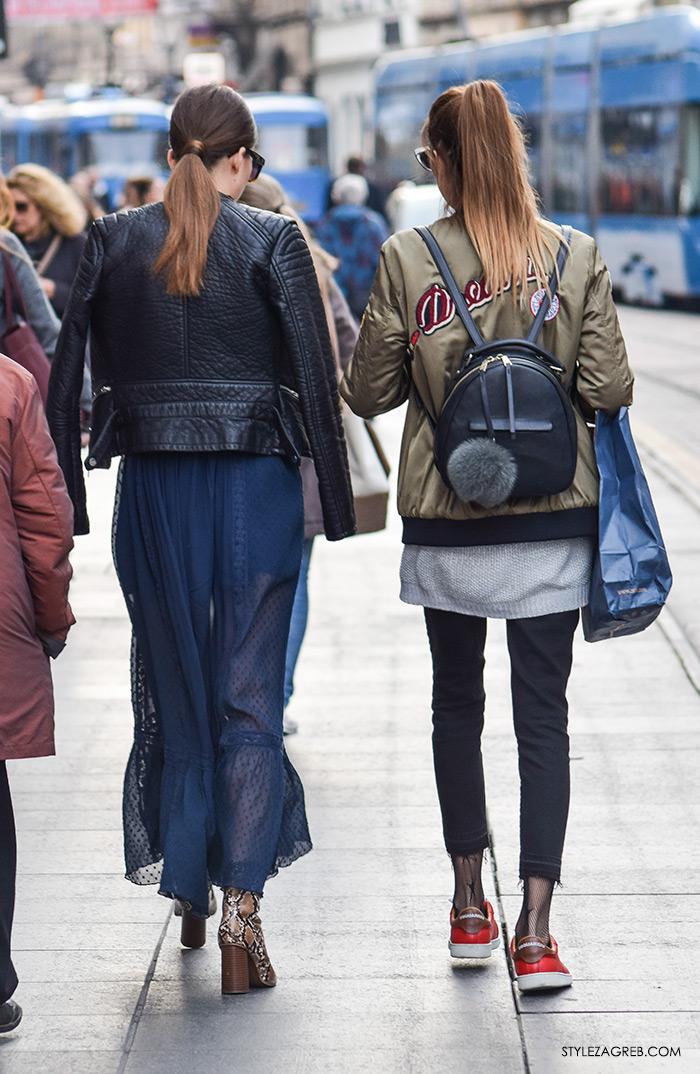street style Zagreb ulična moda jesen zima 2016 kombinacija duga prozirna plava maksi haljina, crna bajkerska jakna, čizmice od zmijeske kože do gležnja, bomber jakna s natpisom na leđima Zara, ruksak s krznenim pomponima, frizura kavko svezati visoki rep, make up trikovi Jelena Peric Instagram
