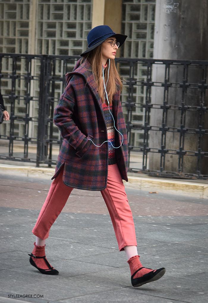 Style Zagreb šesiri moda zima 2017 street style Zagreb, manekenka Lucija Beden, studentica bugarskog jezika, karirani kaput i roza hlače, plavi šešir šireg obruba