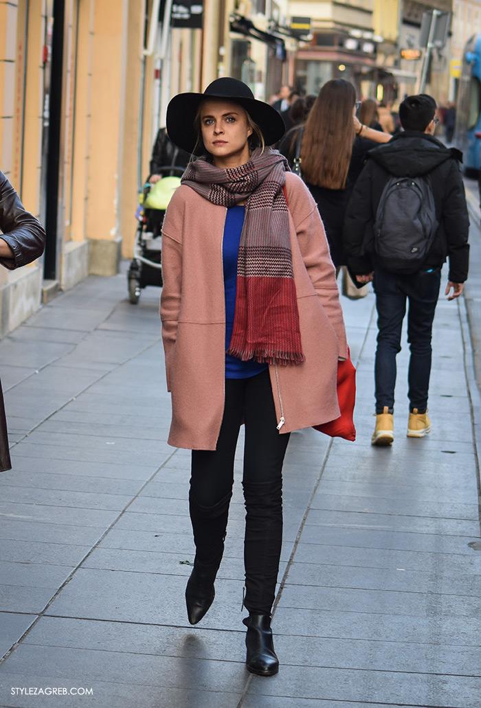 Style Zagreb šesiri moda zima 2017 street style Zagreb, roza kaput i dugi šal, šešir sa širokim obodom