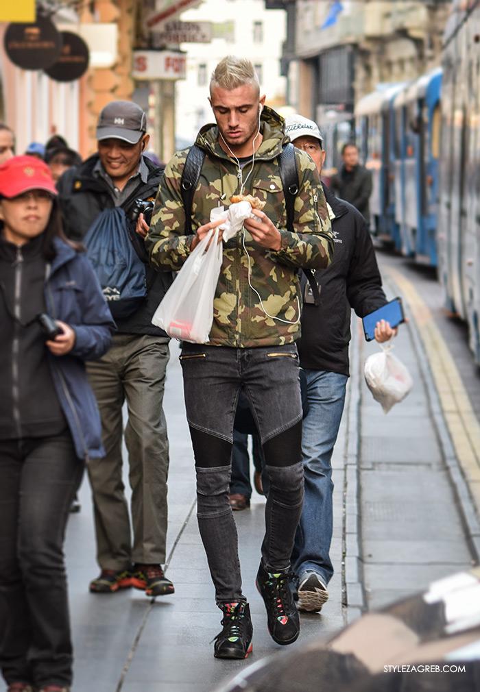 Street Style Zagreb muška ulična moda jesen zima kombinacija jakna s maskirnim uzorkom i kapuljačom, sive traperice, nogometaš Nicolas Taravel