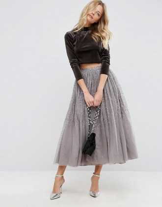 Ova divna tulle suknja prošivena šljokicama vapi da se u njoj pleše i zanosno hoda.