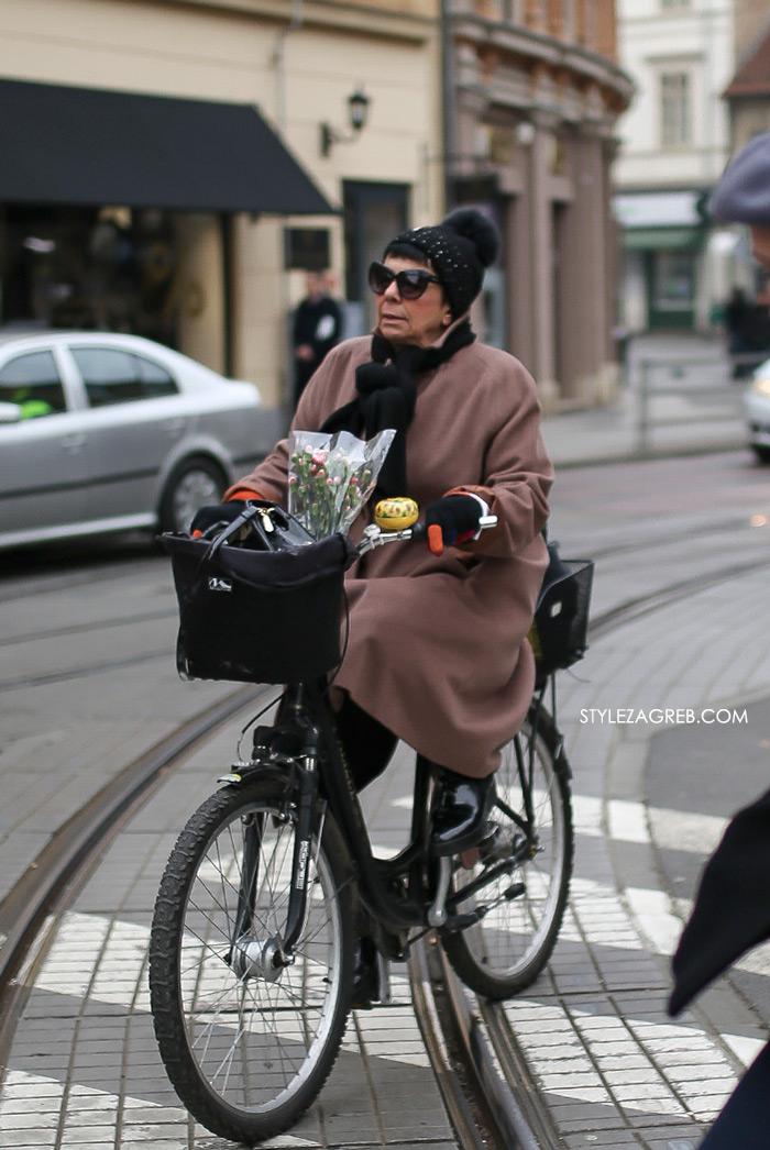 zagreb street style 11.2., Fotka dana: pink kaput, žuto zvonce, bicikl i buketić by StyleZagreb.com
