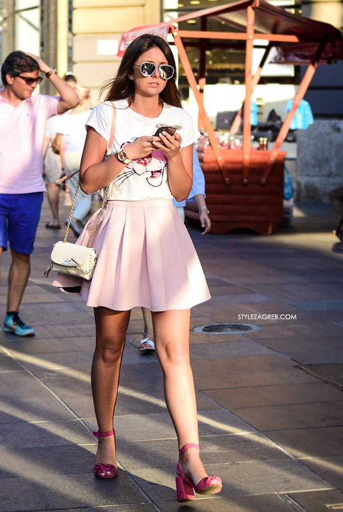 street style zagreb špica ljetna moda roza mini suknja i ružičaste sandale s blok potpeticom