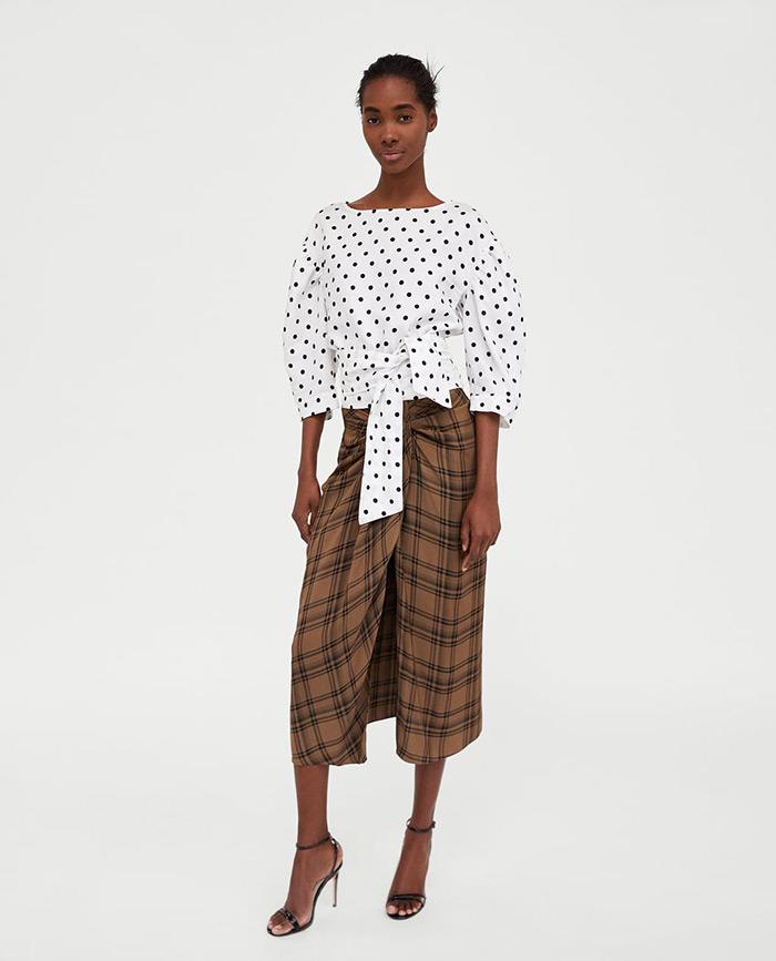 Uska, na preklop, asimetrična, midi duljine - to je u najkraće opisana suknja koju sada žene žele nositi