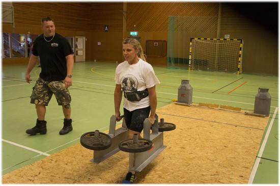 Sandra kör farmers walk med 65 kg