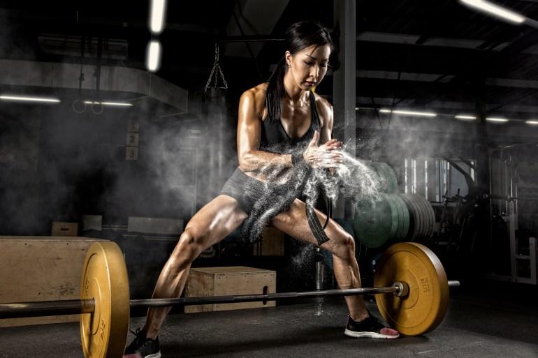 Kvinna tränar marklyft