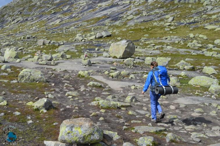 Caminhando nas lajes de pedra a caminho do Trolltunga.