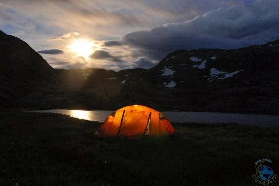 Lua surgindo na área de camping do Trolltunga.