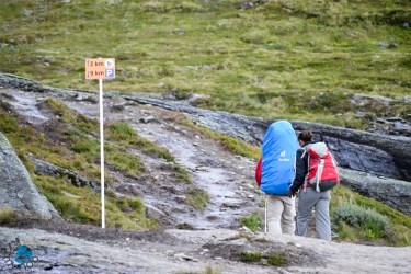 Placa indicando a distância para a pedra e para o estacionamento.