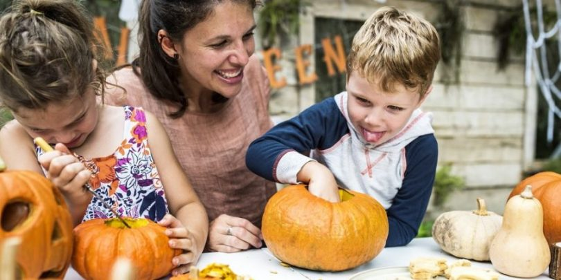 Mãe e filhos podendo interagir porque optaram por economizar na festa infantil das crianças.