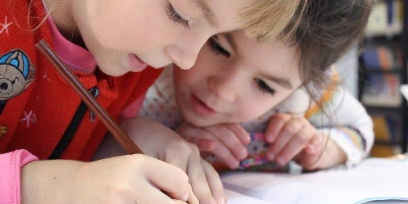Crianças estudando, sendo que essa é uma grande preocupação dos pais com seu futuro, precisando, para isso, de um bom planejamento financeiro familiar.