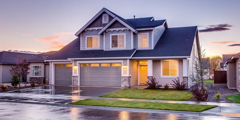 Imagem de uma casa, sugerindo que investir em imóveis pode ou não ser uma boa alternativa.