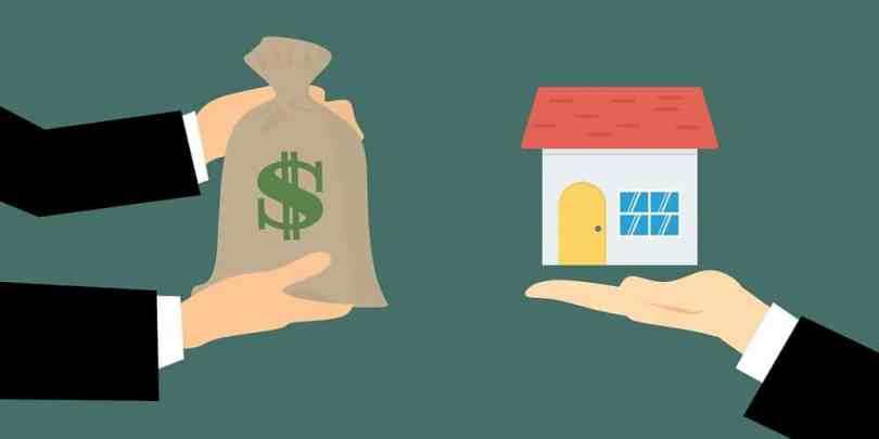 Imagem de um saco de dinheiro sendo trocado por uma casa, ilustrando que investir em imóveis pode ser uma boa opção.