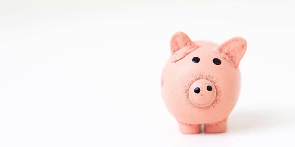 Guardar dinheiro para o futuro dos filhos exige planejamento e equilíbrio financeiro da família primeiro.