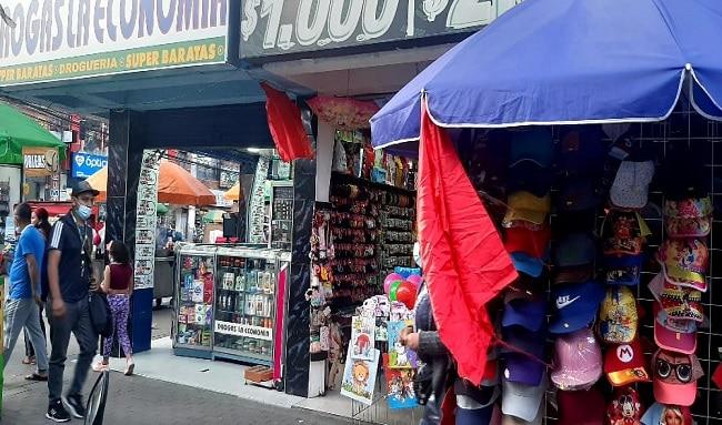Cientos de comerciantes en desobediencia civil por las restricciones del tercer pico de la pandemia en Suba