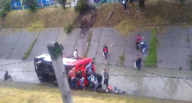 El vehículo de transporte público cayó de la vía y terminó volcado de lado en un caño de aguas negras.