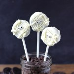 Looking for a cute Halloween treat idea for your Halloween party?  Try these super easy Oreo Mummy Pops! They'll be the gobbled up before you know it! | Halloween Dessert Idea