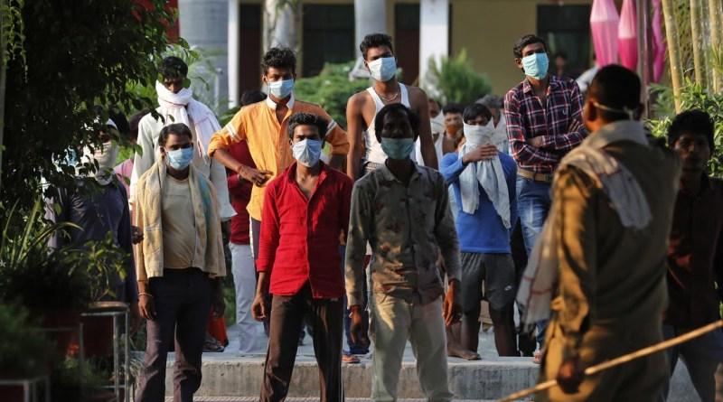 afectados por la pandemia del covid-19 pidiendo alimentos en la India