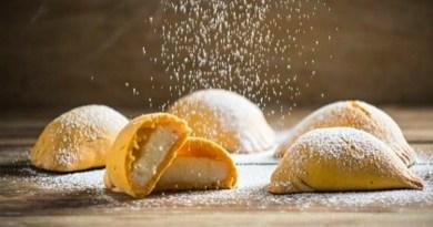 deliciosas empanadas de manjar espolvoreadas con azúcar glass