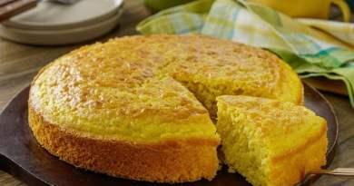 Pan de elote estilo guatemalteco recién horneado con una porción separada, un exquisito postre de Guatemala a base de maiz y leche condensada.