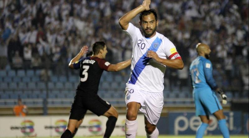Carlos el pescado Ruiz celebrando el gol de la victoria en un partido de la MLS