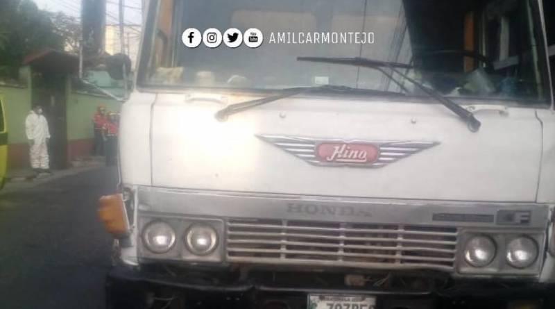 Camión blanco recolector de basura que fue atacado a balazos.