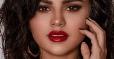 Selena Gómez con un espectacular peinado y una blusa roja