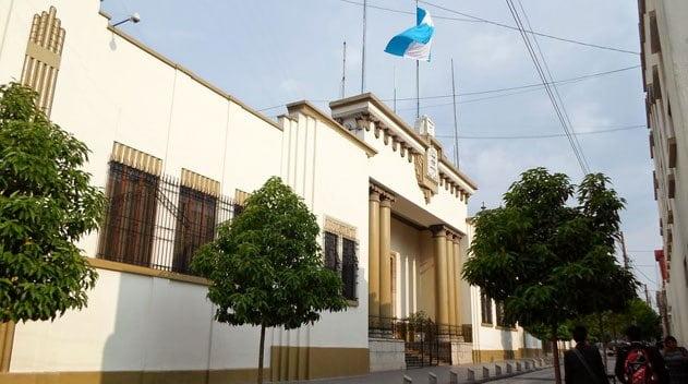 Fotografia de la Casa Presidencial de Guatemala con la bandera ondeando