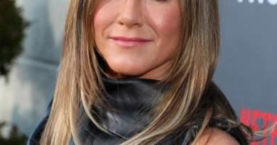 Jennifer Aniston con un hermoso vestido negro en un evento publico.