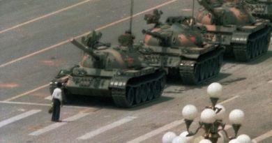 Manifestante chino se para enfrente de los tanques durante la brutal masacre de Tiananmen