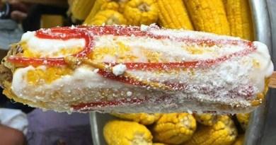Delicioso plato típico de Guatemala, elotes locos son elotes hervidos con mayonesa, salsa de tomate y mostaza