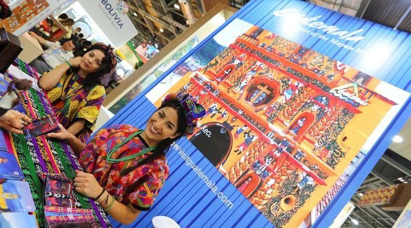Turismo en Guatemala, una mujer vestida de indigena en un puesto en Francia