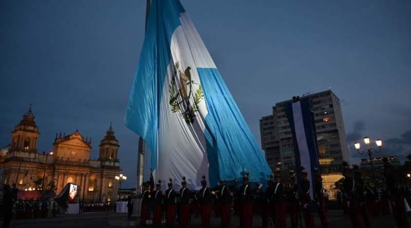 Bandera de Guatemala localizada en el parque central