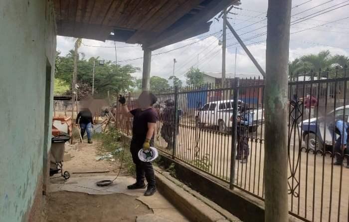Agentes de la policía desmantelan cámaras de vídeo vigilancia instaladas por la mara salvatrucha en Honduras.