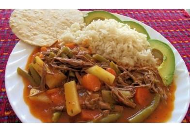 Hilachas de carne Guatemaltecas con arroz y aguacate, exquisita comida de Guatemala