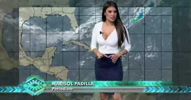 Marisol Padilla presentadora del clima de Guatemala, portando una blusa blanca escotada y una mini falda negra