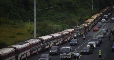 Manifestación de buses extraurbanos en Guatemala, se dirigen del pacifico hacia la central de mayoreo, pidiendo incremento al pasaje