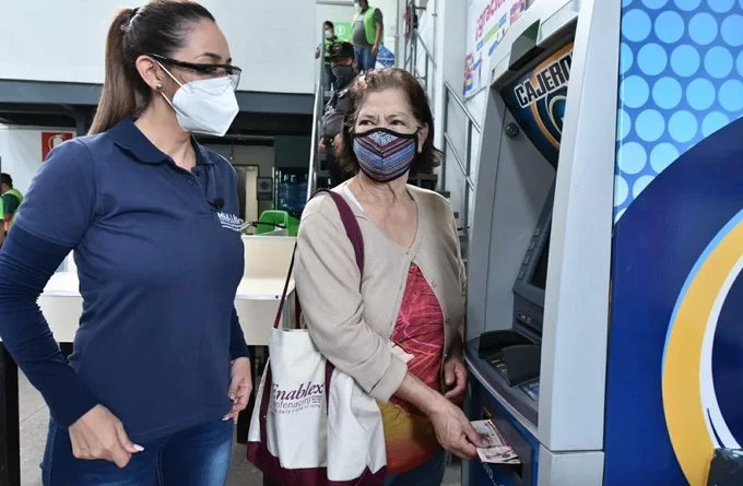 Guatemalatecos en un cajero automático que han recibido el bono familiar, lo estan retirando