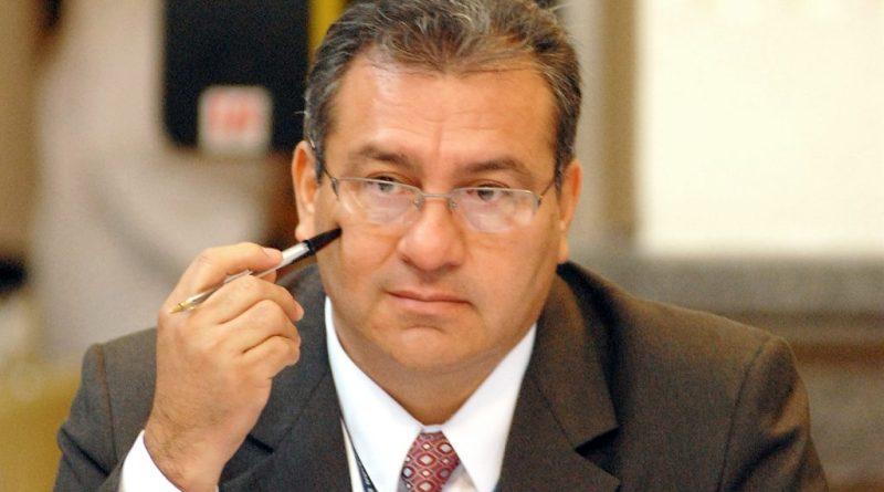Magistrado Bonerge Mejía, magistrado de la corte de constitución de Guatemala, dando una entrevista a la prensa