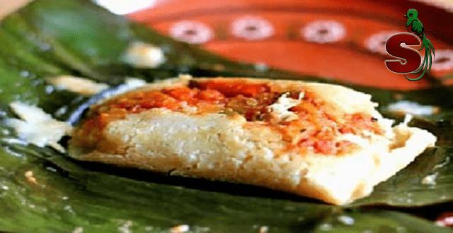 Delicioso tamal de arroz guatemalteco, comida típica de Guatemala hecha a base da masa de arroz y envuelta en una hoja de platano
