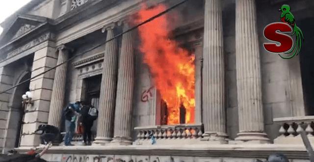 Delincuentes de USAC prenden fuego a congresi de GUatemala