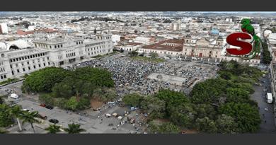 Manifestación en la plaza central de Guatemala solicitando la renuncia de Alejandro Giammattei Falla