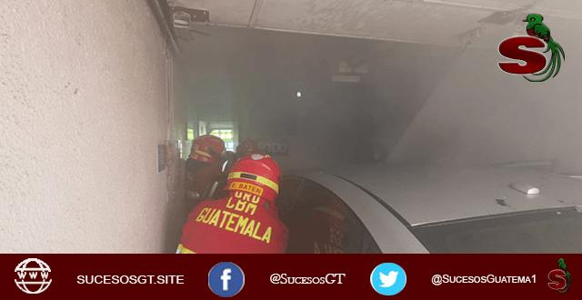 Bomberos atienden un incendio de un vehículo en un ato hotel de la ciudad de Guatemala