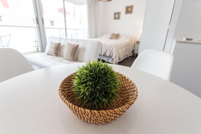 Apartemento amoblado con balcon superior detalles mesa
